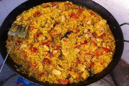 Come preparare una vera paella valenciana in 10 passi: ricetta e consigli